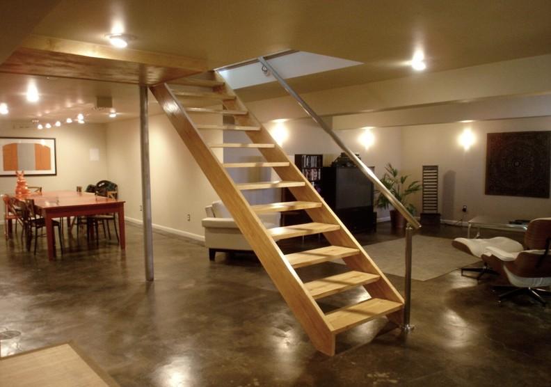 Обычная больцевая лестница в подвал - видимые опорные элементы отсутствуют - otdelat.ru