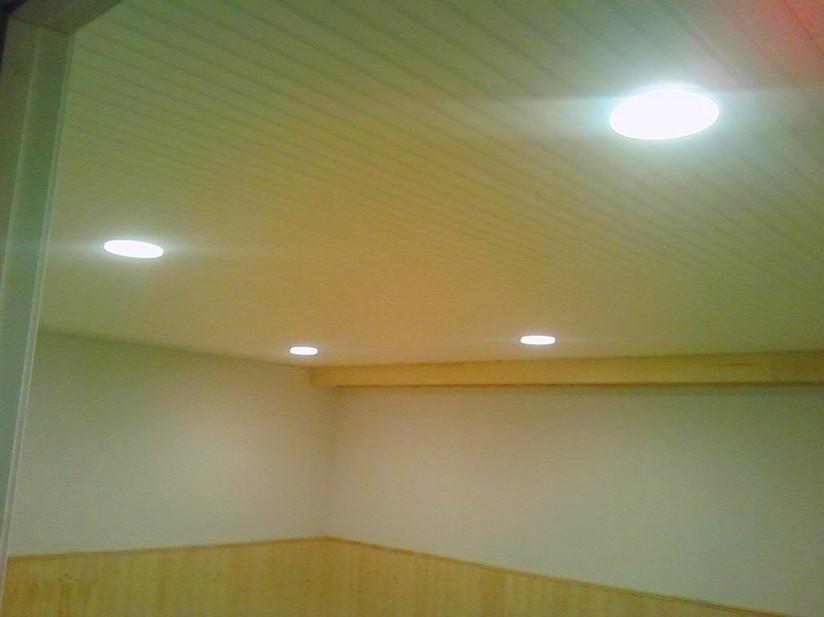 Внутри любого цокольного помещения огромную роль играет оформление потолка, ведь тут дефицит света - otdelat.ru