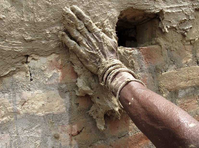 В начале работы цементную штукатурку можно просто набрасывать на поверхность - otdelat.ru