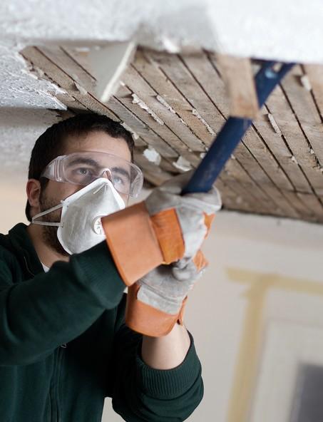 Перед штукатуркой убирают старую отделку с поверхности потолка - otdelat.ru