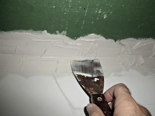 Шпаклёвку потолка часто выполняют перед его последующим окрашиванием - otdelat.ru