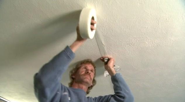 Если потолок отделан гипсокартоном, его можно окрашивать только после шпаклёвки - otdelat.ru