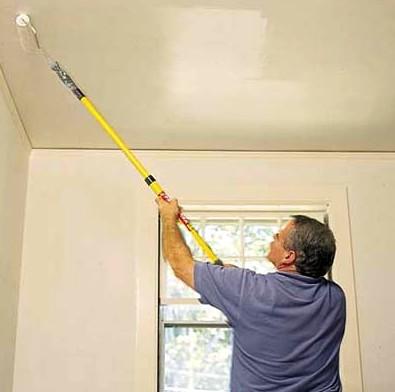 Используйте валик для нанесения раствора шпаклёвки на поверхность потолка - otdelat.ru