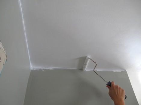 Благодаря шпаклёвке и грунтовке потолок будет идеально ровным - otdelat.ru