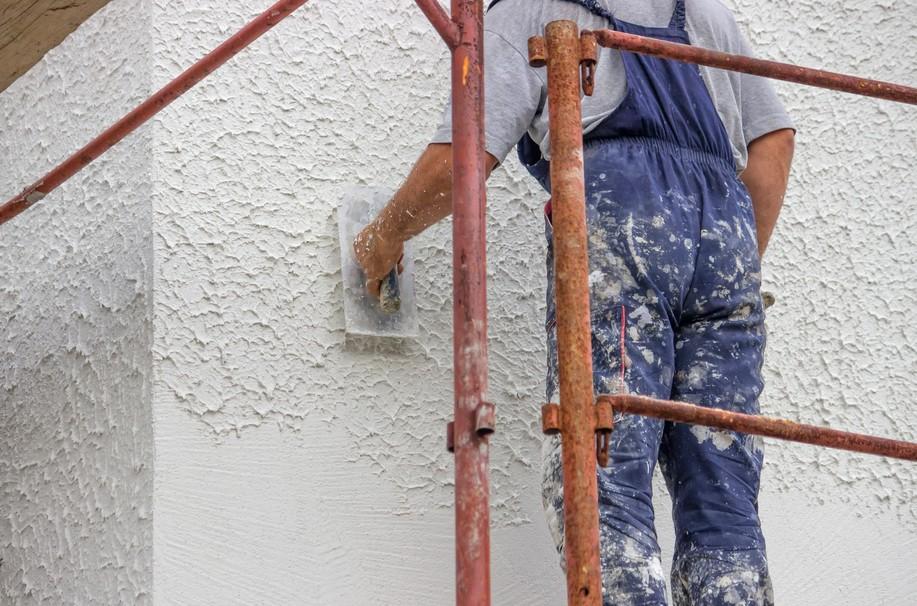Данным способом можно получить отделку стены с очень интересной фактурой - otdelat.ru