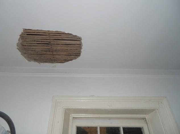 Без выравнивания потолка штукатуркой тут точно не обойтись - otdelat.ru