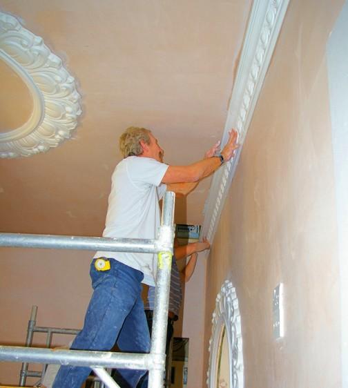 Работы по декорированию потолка в самом разгаре - otdelat.ru