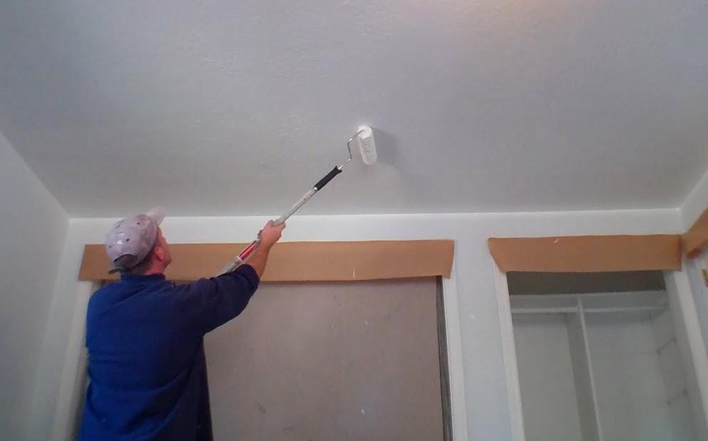 Перед окрашиванием потолка важно выполнить грунтовку поверхности - otdelat.ru