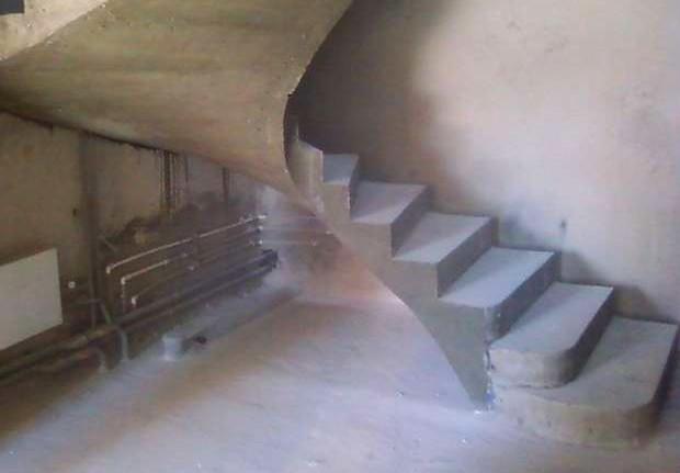 Бетонная лестница ожидает отделки - otdelat.ru