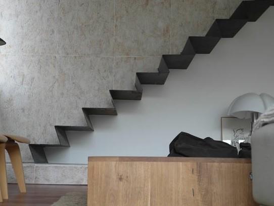 Оригинальная металлическая лестница в помещении - otdelat.ru