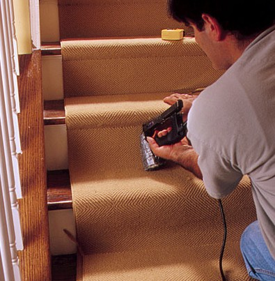 Многие хозяева наносят на ступени лестниц ковровые покрытия - otdelat.ru