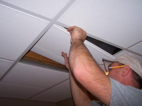 ПВХ панели обычно выбирают для отделки потолков на кухнях, в ванных комнатах - otdelat.ru