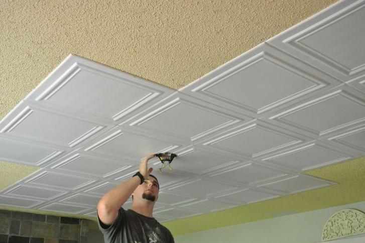 Иногда пластиковые панели просто приклеивают к основе потолка - в данном случае в сооружении каркаса нет необходимости - otdelat.ru