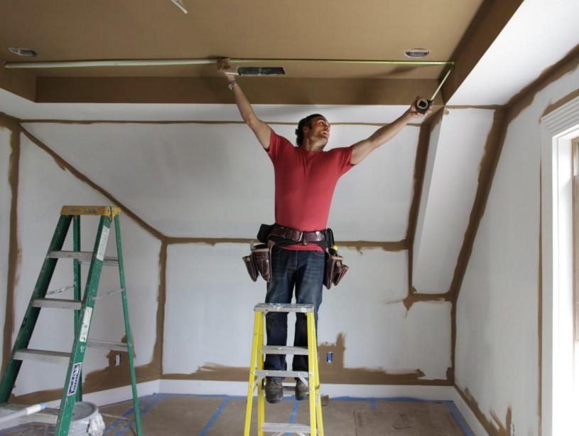При отделке потолка часто выполняют работы, связанные с электропроводкой - это нормальная практика - otdelat.ru