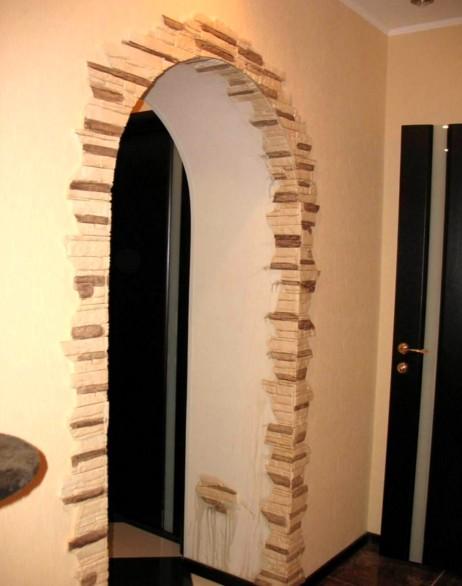 Ещё один достойный пример, как можно оформить в квартире дверной проём своими руками - otdelat.ru