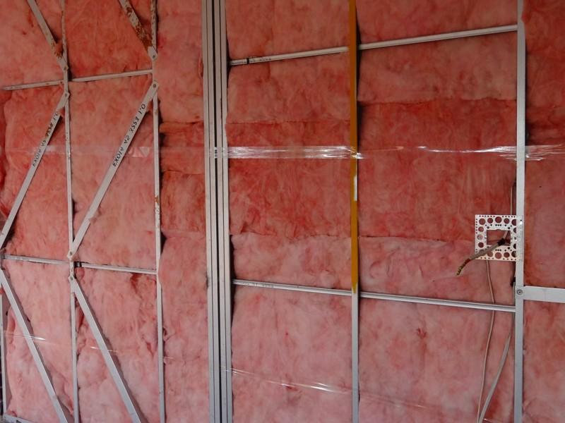 Каркас изготовлен из металлических профилей. Утеплитель уже уложен на место - дело осталось за малым: надо отделать гараж внутри - otdelat.ru