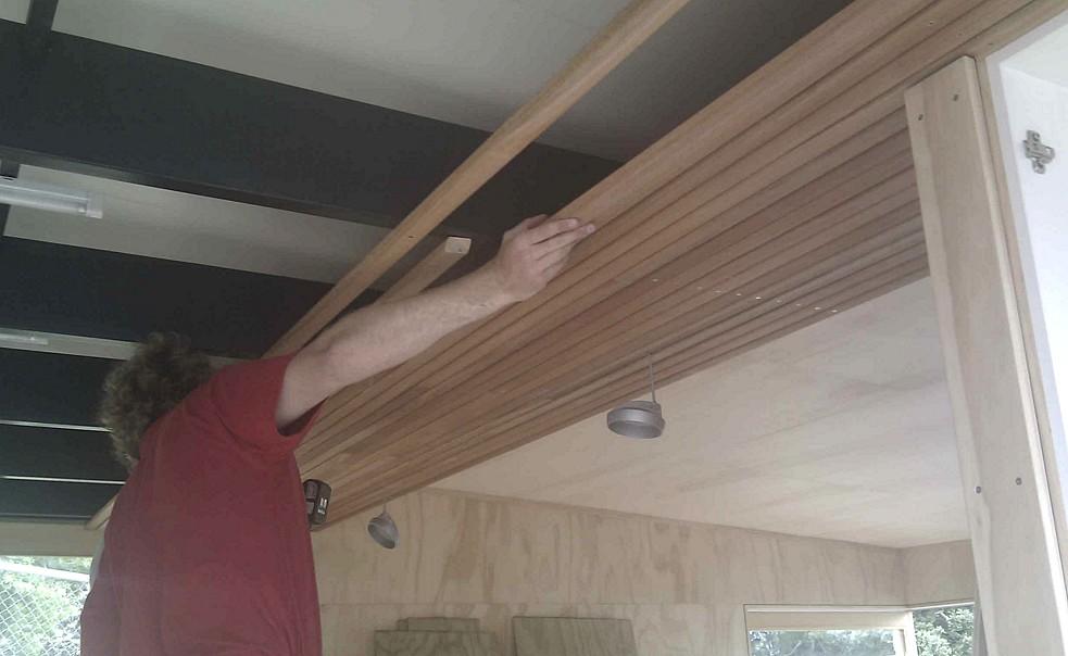 Иногда очень удачное решение - отделать потолок вагонкой - otdelat.ru