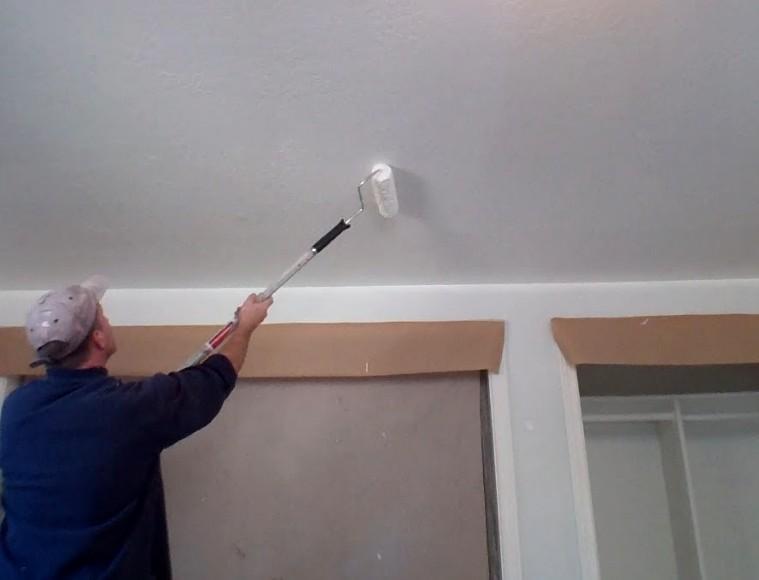 Белить водоэмульсионкой потолок не трудно - справится даже начинающий мастер - otdelat.ru
