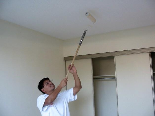 Впрочем, от грунтовки отказываться нельзя - этот этап при побелке потолка водоэмульсионной краской очень важен - otdelat.ru
