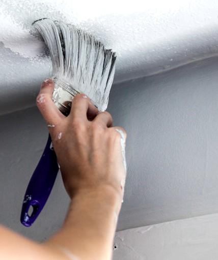 Некоторые участки потолка можно тщательно прокрасить водоэмульсионкой лишь посредством кисти - otdelat.ru