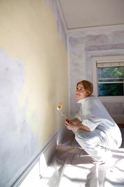 Краска на стенах будет держаться долго, если предварительно нанесли грунтовку - otdelat.ru