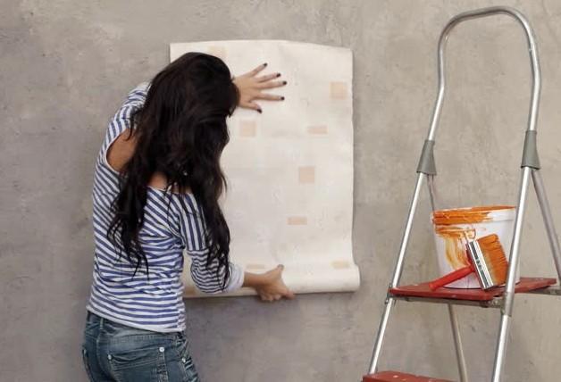 Удобнее всего клеить полотна вдвоём, но если постараться - можно и в одиночестве справиться - otdelat.ru