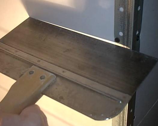 Чтобы шпаклевать углы обычно применяют накладки - они могут быть из разных материалов - otdelat.ru
