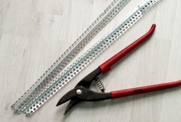 Без проблем получится купить пластиковые и металлические накладки, чтобы шпаклевка угла удалась - otdelat.ru