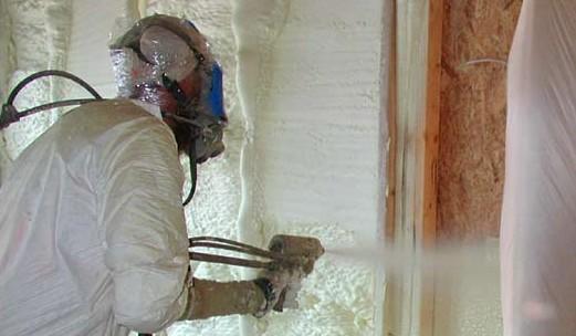 При работе с жидкой теплоизоляцией, мастеру стоит обязательно использовать защиту - otdelat.ru