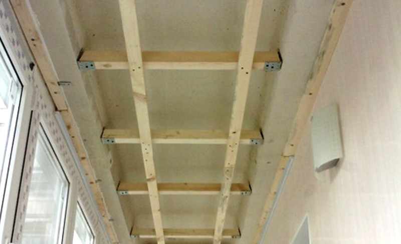 Обрешётка выполнена - осталось закрепить на потолке балкона выбранный отделочный материал - otdelat.ru