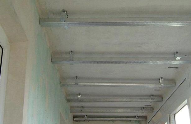 В скором времени тут будут закреплены панели и потолок балкона обретёт совсем другой вид - otdelat.ru