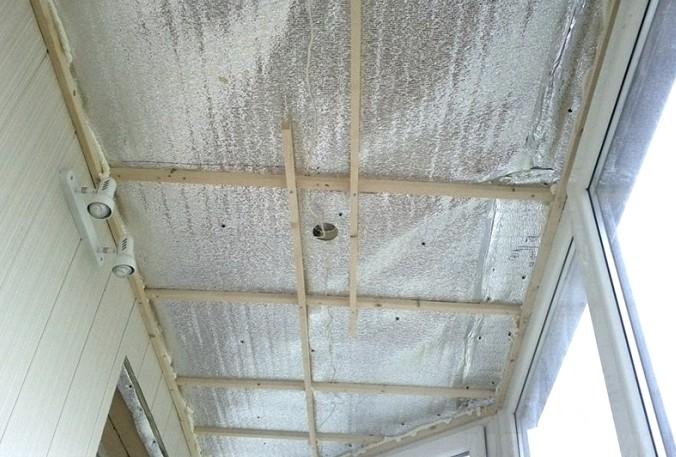 От пароизоляционного слоя также не рекомендуется отказываться - он обезопасит новый потолок - otdelat.ru