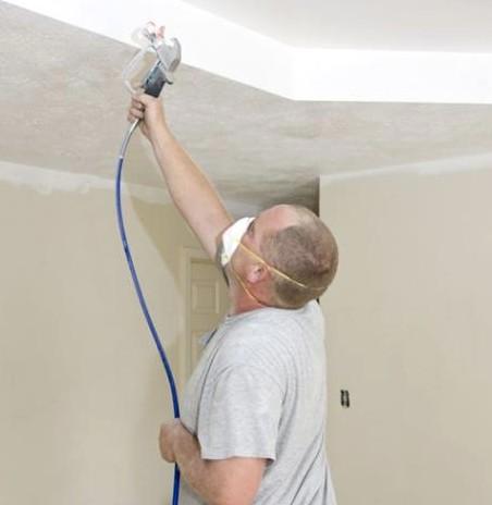 Не стоит отказываться от респиратора или защитной повязки при грунтовке потолочной поверхности - otdelat.ru