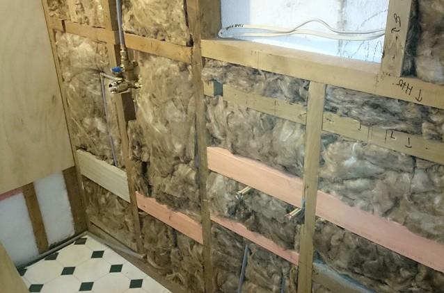Пример того как может быть уложен утеплитель стен внутри квартиры - otdelat.ru