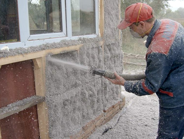 Ещё один пример напыления утеплителя (работы осуществляются с деревянным каркасом) - otdelat.ru
