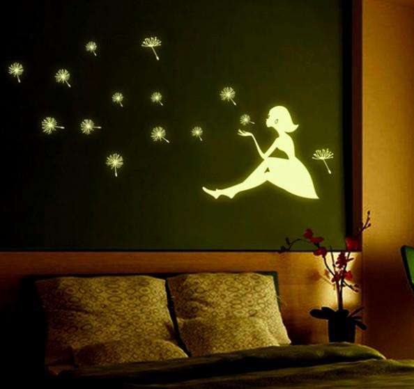Так могут выглядеть люминесцентные обои на стене в комнате - otdelat.ru