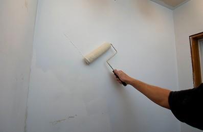 Стоит внимательно отнестись к грунтовке стен перед покраской - otdelat.ru