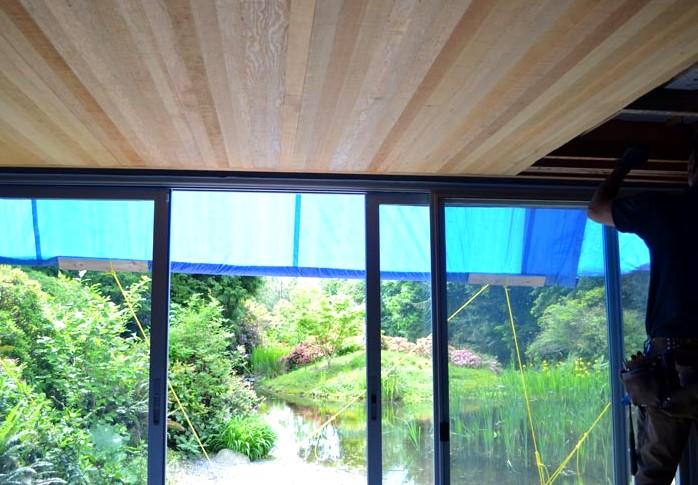Неизменной популярностью пользуются и подвесные конструкции - такой потолок универсален и красив - otdelat.ru