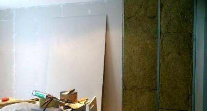 Пространство между каркасом и обшивкой стены нужно заполнить утеплителем - otdelat.ru