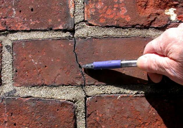 Разные причины приводят к образованию трещин в кирпичной стене - otdelat.ru