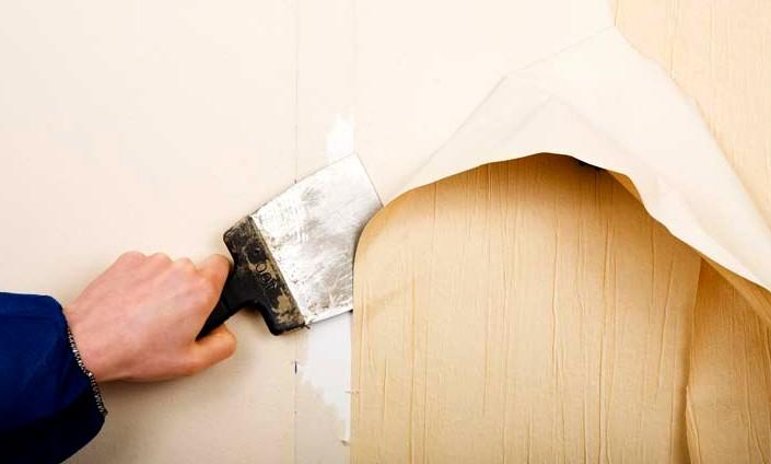 Прежде чем нанести новые обои, нужно подготовиться - для начала убрать старое покрытие с поверхности - otdelat.ru