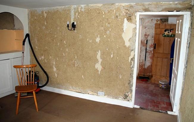 Грунтовка стен под обои выполняется тогда, когда поверхность промыли от клея и остатков старого покрытия - otdelat.ru
