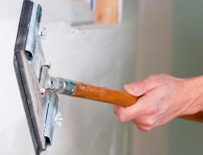 Опытные мастера применяют специальные инструменты для грунтовки под обои - otdelat.ru