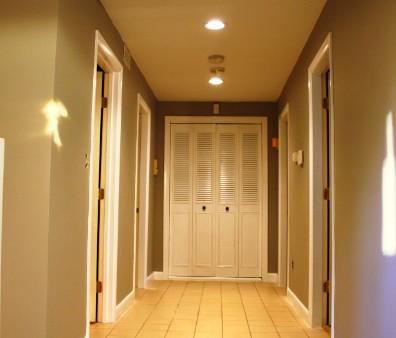 Подбор цвета стен в коридоре осуществляется исходя из параметров комнаты - otdelat.ru