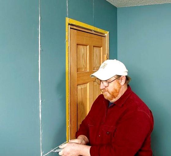 Финальный этап - чистовая отделка стены из гипсокартона с дверью - otdelat.ru
