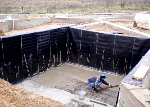 Лучше всего за гидроизоляцию цоколя браться ещё на этапе строительства здания - otdelat.ru