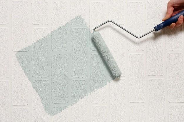 Как правильно покрасить обои краской в квартире