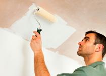 Нужно ли грунтовать потолок перед покраской?