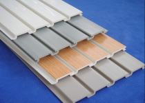 Отделка потолка пластиковыми панелями: плюсы ПВХ