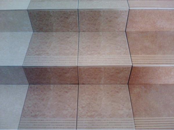 Подобная облицовка лестниц встречается в тех местах, где обычно высокая проходимость (торговые центры, вокзалы, офисы) - otdelat.ru